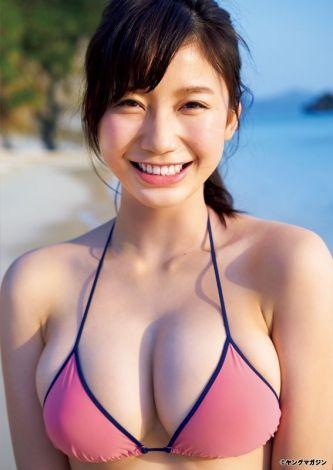"""触りたくなるプニプニの胸が""""ワイルド!""""<小倉優香>ビキニを「ヤンマガ」グラビアで公開"""