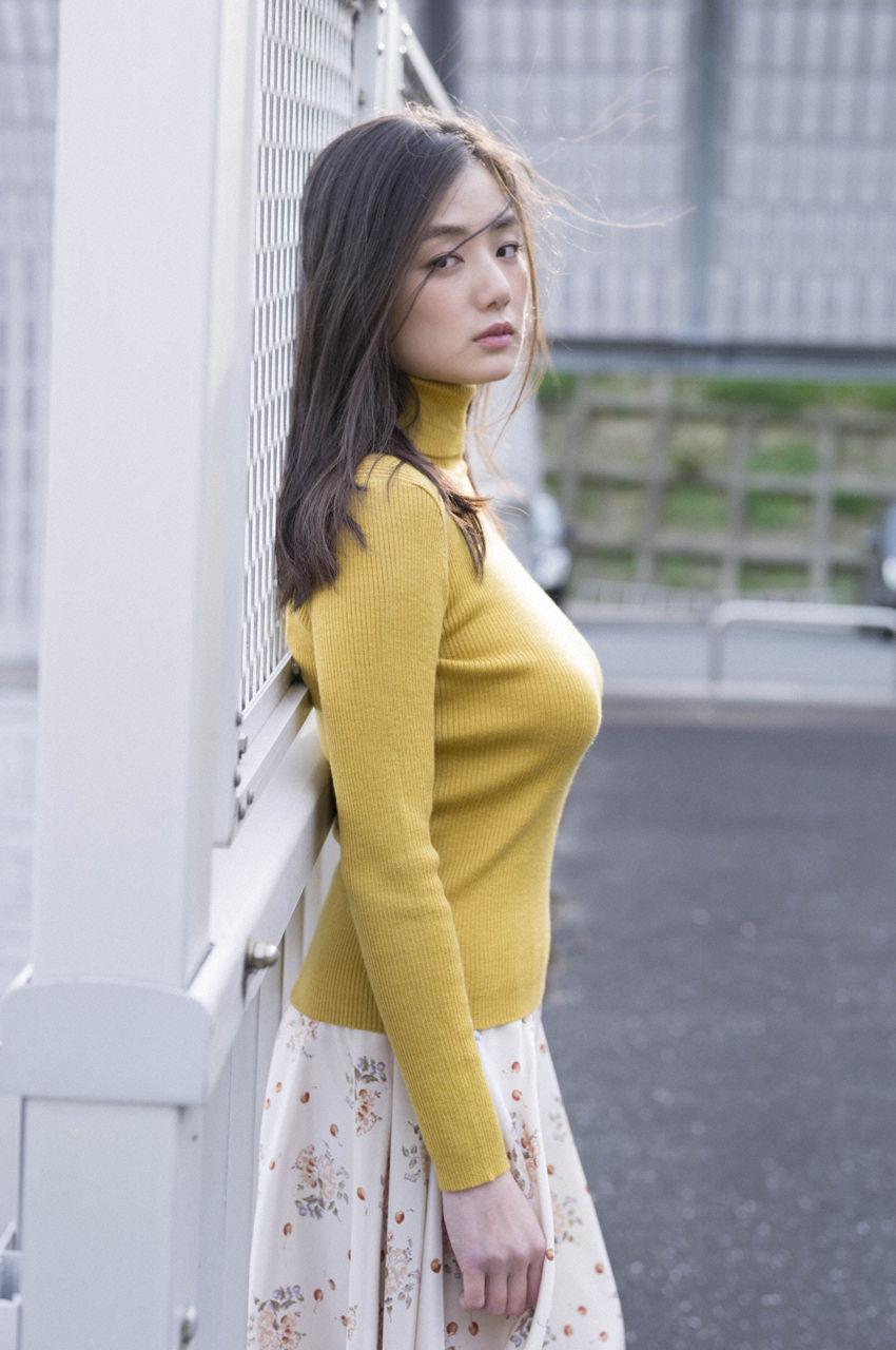片山萌美、もう乳◯が丸見えじゃないか!しかしエロい身体してんのぉぉぉぉ( ✌︎
