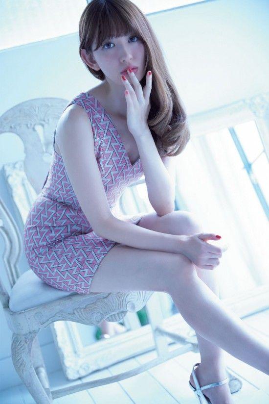 元AKB48 小嶋陽菜(30)の悩殺谷間ショット